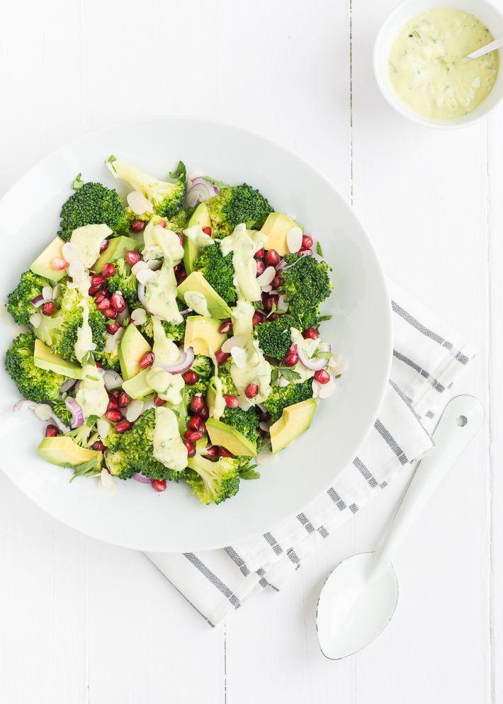 Lekker vegan recept voor broccolisalade met avocado dressing.