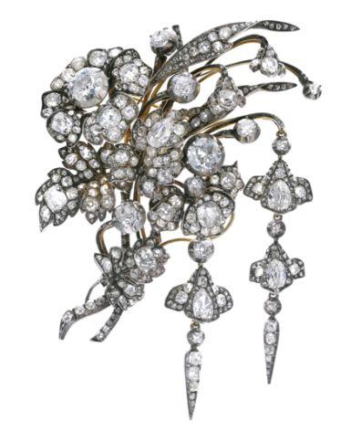 devant de corsage en or, argent et diamants. Datant des années 1830, il est présenté dans son écrin signé de la maison Ouizille & Lemoine, Bijoutiers du Roi, Quai Conti No. 7. Il fut la propriété de la princesse Augusta de Bavière et appartient actuellement à sa descendance