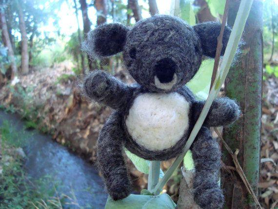 Needle felted koala por KarenPazFieltro en Etsy, $10.00