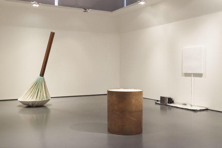 """A sinistra: """"Senza Titolo"""", di Gilberto Zorio; al centro, in primo piano: """"Copper containing salt"""" di Meg Webster; in fondo a destra: """"Omaggio a Fontana"""" di Pier Paolo Calzolari (foto: Tomas Nogueira)"""