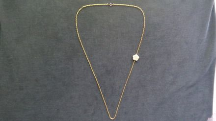 """Abeytu : prénom féminin amérindien qui signifie """"feuille verte""""  Sautoir métal doré et perle fleur blanc cassé 35 cm. la fleur se positionne sur le coté du sautoir. Ferm - 14019037"""