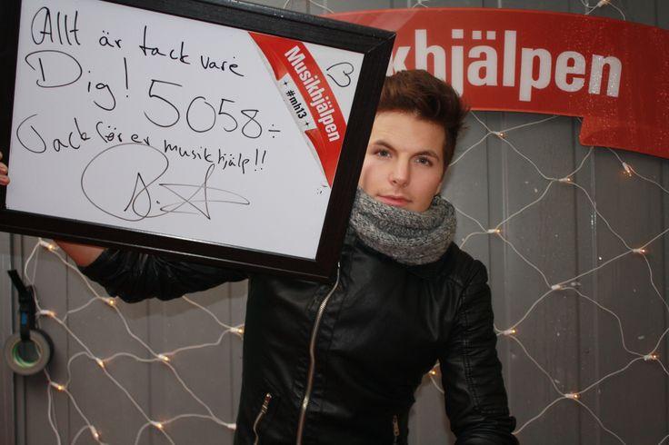 Robin Stjernberg tackar alla som hjälpte till att samla in 5058 kronor till Musikhjälpen i Nordstan i dag.