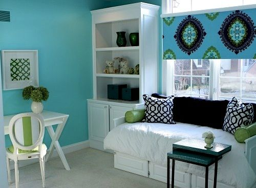 Aqua and black teen girls bedroom But Rys would probably prefer pink...