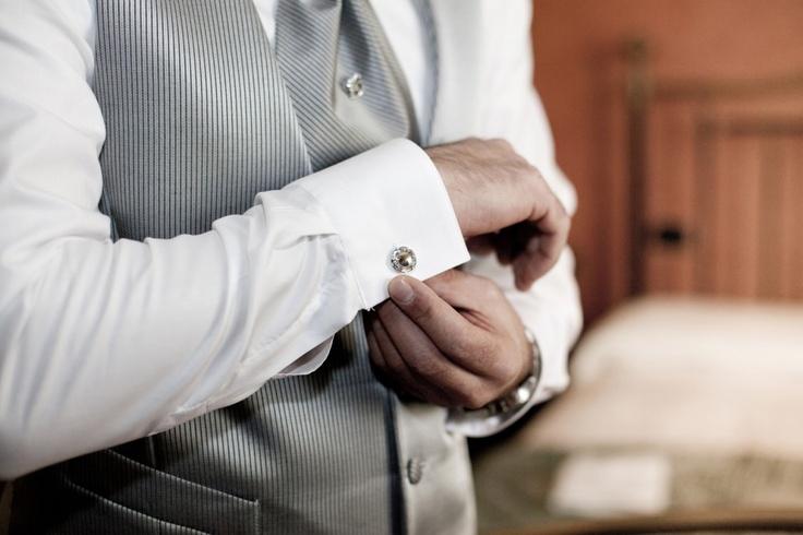 Dettaglio gemelli camicia sposo   foto matrimonio