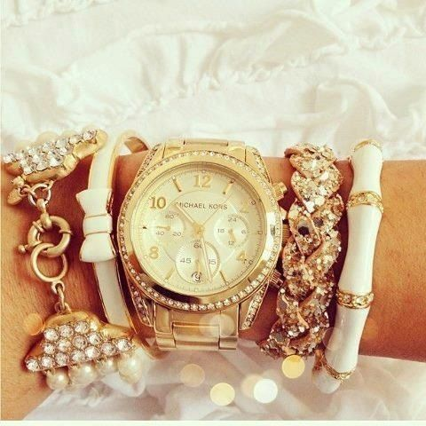 I'm not a huge fan of gold jewelry..but this watch is gorgeous!