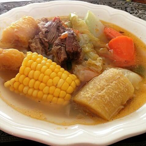 Sopa de res y verduras. almuerzo tipico los domingos en Honduras