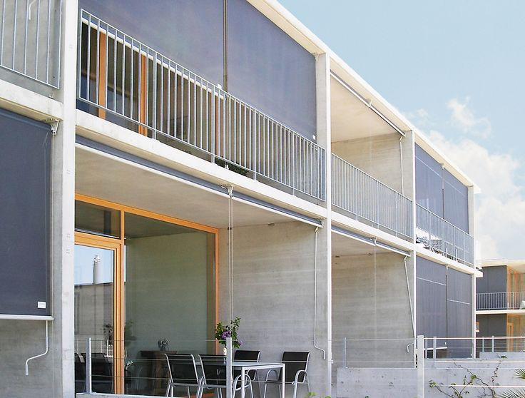 Als screens met drie verschillende zijgeleidingen, doen de UNIVERSAL-modellen hun naam alle eer aan. De keuze tussen een geleidingsrail uit aluminium, een staaldraad geleiding of een staalstang geleiding uit chroomstaal, biedt de architect veel mogelijkheden. De compacte constructie met elegante cassette zorgt ervoor, dat het scherm op balkons en veranda's kan worden gebruikt en tevens als vormgeving in de moderne gevelarchitectuur kan worden ingezet.