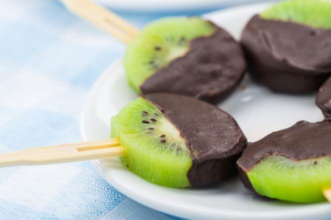 """750g vous propose la recette """"Sucettes de Kiwi de l'Adour au chocolat"""" notée 4.8/5 par 14 votants. Moi je les ai congelés, en été, délicieux!"""