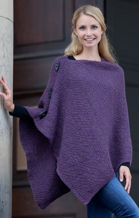 Gratis strikkeopskrifter: Den asymmetriske poncho er strikket af en stor firkant, der foldes inden den syes sammen i den ene side – nemmere bliver det ikke!