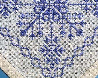 Exceptionelly bien hecho bordado de punto de Cruz vintage 1950s pequeño motivo abstracto azul hecho a mano en tablet lino crema amarillo / paño de tabla