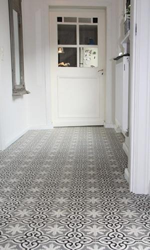 Carreaux de ciment noir et blanc dans l'entrée. - Black and white cement tiles in the entrance.