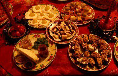 Appetitosi antipasti vegetariani. Crackers con mascarpone ed uva. Spiedini di salume vegano (lo trovate nei negozi biologici al NaturaSì) + quadretti di formaggio emmenthal + olive verdi denocciolate. Quadretti di forma con crema di Aceto Balsamico. Pecorino Scoperino accompagnato da Marmellate Salate. Datteri denocciolati ripieni di mascarpone e noci, (possono essere anche serviti come dolci). Bagnetto verde, salsa di prezzemolo, capperi, aceto o limone. — con Scoperino con marmellate…
