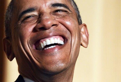 米ワシントンD.C.(Washington D.C.)で開かれたホワイトハウス記者会主催夕食会(White House Correspondents' Association Dinner)で、コメディアンのジョエル・マクヘイル(Joel McHale)氏の冗談に大笑いするバラク...