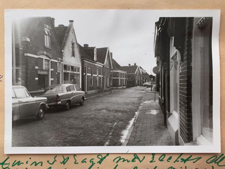Almelo, Tuinstraat, met links de 2e Vijverstraat, die uitkwam in de Zuiderstraat en rechtsaf de 1e Sligtestraat, die in een bocht naar rechts vanaf de Poulinkstraat doorliep in de Westerstraat. Rechts, op de  linker hoek van de Tuinstraat met de 1e Sligtestraat, was Dansschool Veenstra gevestigd. Even verderop in de Tuinstraat was de oude spoorwegovergang naar de Veldkampsweg.