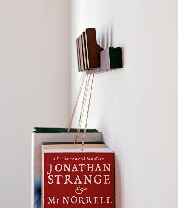 Dies ist eine Liste für ein MINI handgemachte hängende Buch Rack in Nussbaum. Streckbank kommt mit einem Satz von 6 Stifte/Lesezeichen. Die Pins sind getrennt und können verschoben werden, um das Rückenteil für Ihre Bedürfnisse zu jeder Zeit.  Wählen Sie die Art des Holzes, den Sie beim Auschecken möchten. Dieses Angebot bietet eine Buch-Rack in Walnussholz.  Die Bücher ruhen auf eine kleine hölzerne Platte, so dass die Seiten intakt bleiben. Die Platten können hin und her auf der Unters...