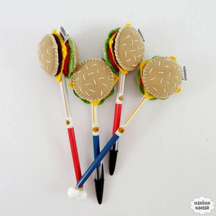 Ponteira de lápis ou caneta decorada com um hambúrguer feito em feltro bordado à mão.