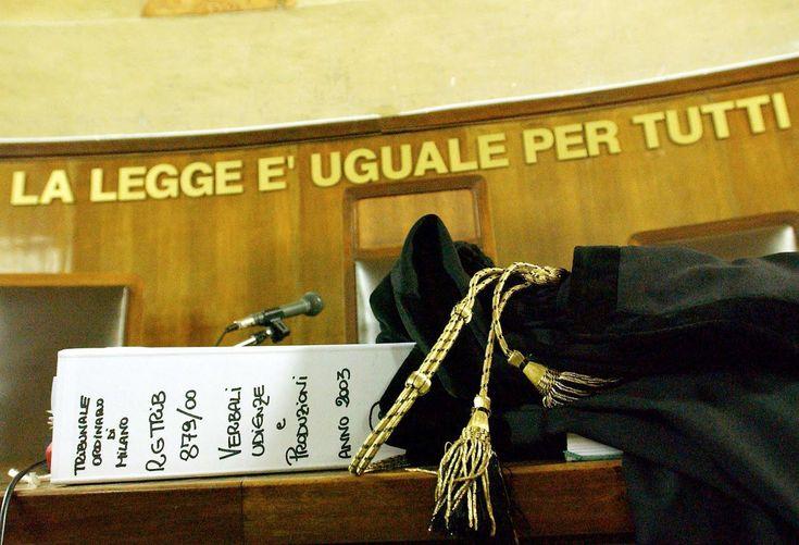 PROCURATORI E GIUDICI INCORAGGIATI DAL MINISTERO ROMENO A ELIMINARE GLI AVVOCATI BOTA E A RISOLVERE DEFINITIVAMENTE IL PROBLEMA DELL'AVVOCATURA CLANDESTINA. LEGGI LA NOTIZIA COMPLETA DEL 23/03/2015: http://www.luju.ro/avocati/barouri/procurorii-si-judecatorii-incurajati-sa-elimine-avocatii-lui-bota-baroul-ilfov-dezaproba-practica-avocatei-laura-voicu-de-a-colabora-cu-un-avocat-din-unbr-bota-si-cere-masuri-disciplinare-urgente-consiliului-baroului-ilfov-spera-ca-de-la-acest-moment-toat