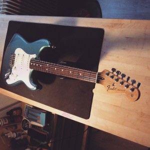 En ce moment à l'atelier : Fender Stratocaster Mexique de 2013 pour un réglage complet.
