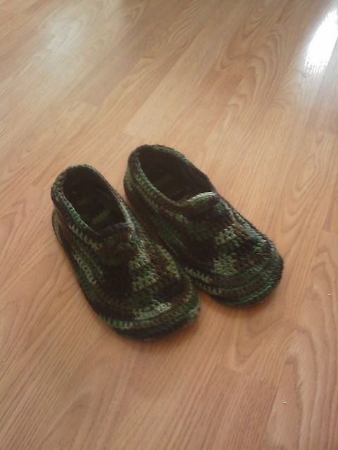 Men's Padded Sole Slippers, free pattern by Sue Norrad.  Pic from Ravelry Project Gallery.  This pattern looks like it might work to make liners for my Crocs  :-)   #crochet