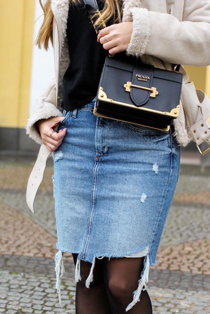 streetstyle Outfit Blogger Prada Bag Frühlingstrend 2017 Mittellanger Jeansrock kombinieren Strumpfhose Lammfelljacke Zara Prada Cahier Bag Designertasche 2