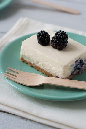 Un cheesecake réalisé avec un fruit bien de saison, la mûre. Cheesecake oui, mais sans cuisson (sauf le biscuit) et servi en petites parts rectangulaires appelées «bars» en anglais. La texture est ultra fondante (je vous ai d'ailleurs publié une petite vidéo sur Instagram), et délicatement sucrée par l'utilisation de chocolat blanc – il n'y a pas d'ajout de sucre dans ma recette. N'hésitez pas à opter pour un bon chocolat blanc pâtissier ! La mûre et le chocolat blanc s'associent…