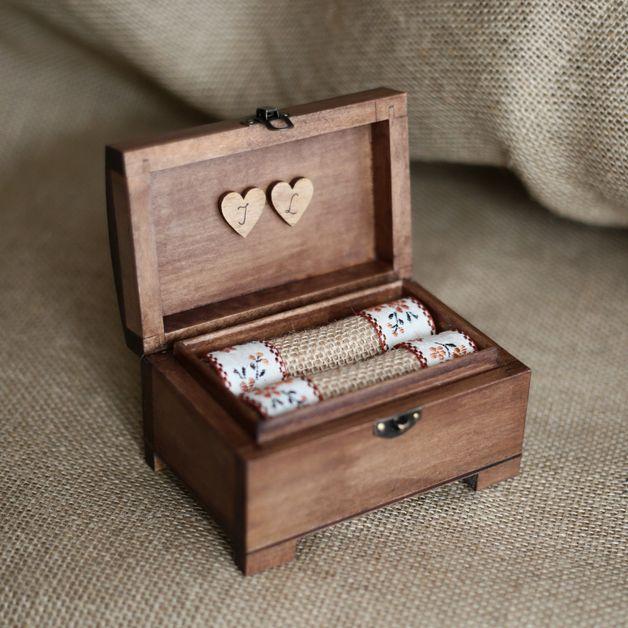 *Drewniany kuferek na obrączki - uroczy i praktyczny dodatek na dzień ślubu, a także pamiątka na lata.* ♡  Po uroczystości poduszeczkę z wnętrza można wyjąć, a kuferek posłuży wtedy do...