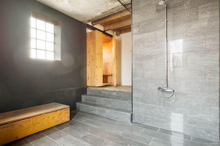 Badrum med dusch och badkar i trä