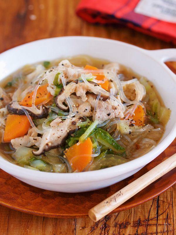 鍋に材料を重ねて10分蒸し煮に。    あとは、スープを注いだら完成の  超簡単具沢山スープ。    重ねて、じっくり蒸した白菜は  とろとろで甘〜い♪    旨味エキスたっぷりのスープは  身体も心もホッとさせてくれますよ♡     ★フォローやクリップ、そしてメダル送付、ありがとうございます♪励みになっております(♡´艸`)★