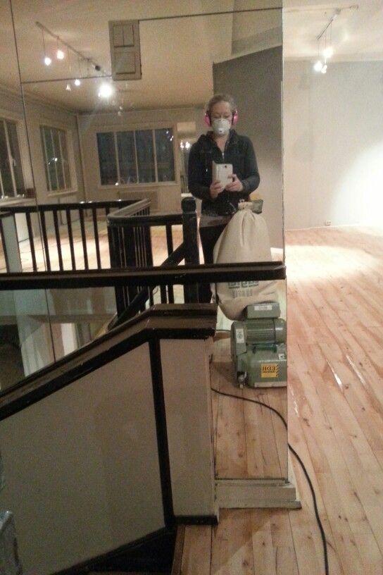 Pusser gulv og de nye lokalene.  :)