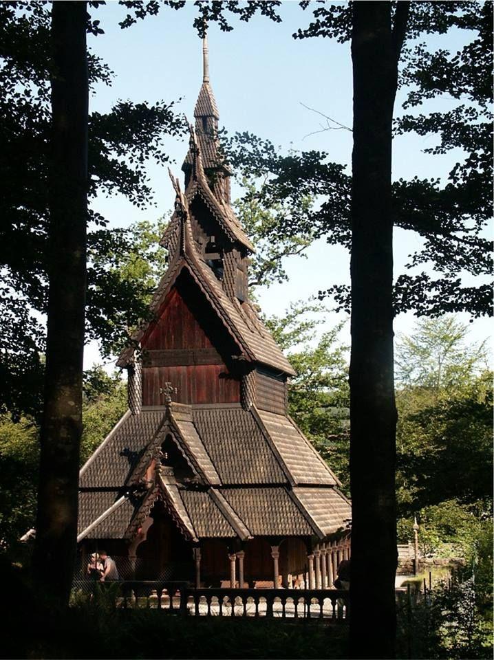 Iglesia de madera del siglo 12 en Bregen, Noruega  -Destruida en 1992 debido a un incendio causado por metaleros-