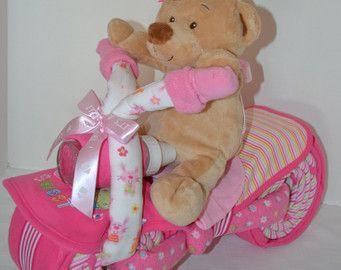 Diaper Cake gâteau de couches de moto vélo, cadeau de naissance, pièce maîtresse, gâteau bébé, cadeau de bébé fille, ours en peluche