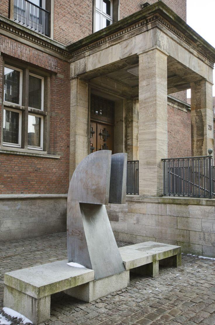 #Kiel Er sitzt dort ganz selbstverständlich und stumm auf der Bank, als würde er auf jemanden warten: Die abstrakte und stark reduzierte Form erinnert nur entfernt an einen Menschen und passt sich wunder...