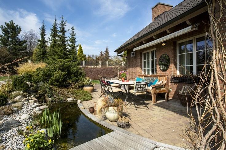 Na venkovní nábytek měla majitelka praktický požadavek:  musí odolat rozmarům počasí v každém ročním období.