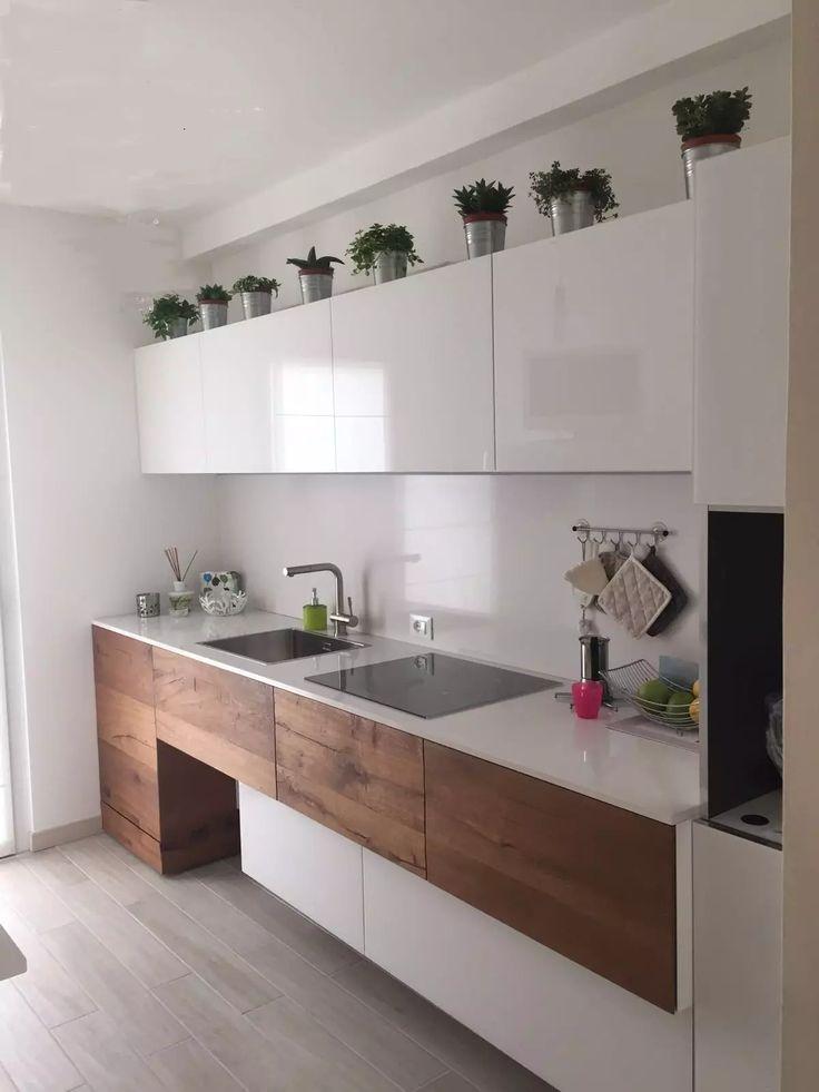 Bellissima cucina in laminato bianco lucido con i mobili in basso in legno massello