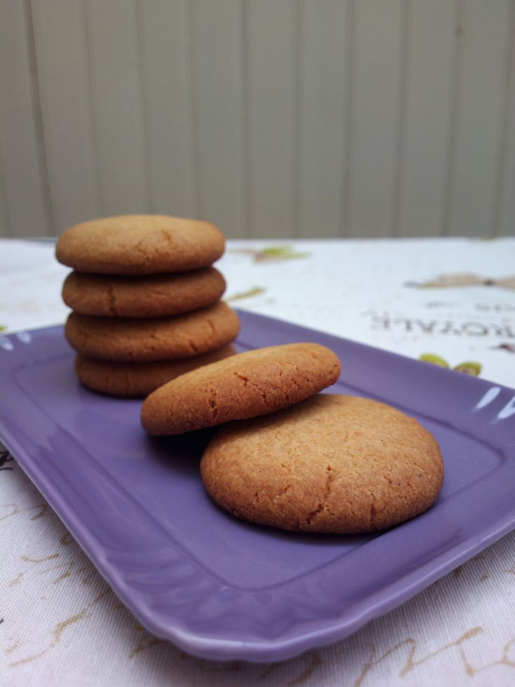 Tipici della Cornovaglia, questi biscotti sono speziati e croccanti, di colore scuro e con profonde crepe in superficie. Il nome deriva dalle antiche fiere di paese che animavano la regione, occasioni di festa e di commercio durante le quali queste delizie erano vendute ai visitatori come souvenir da portar a casa