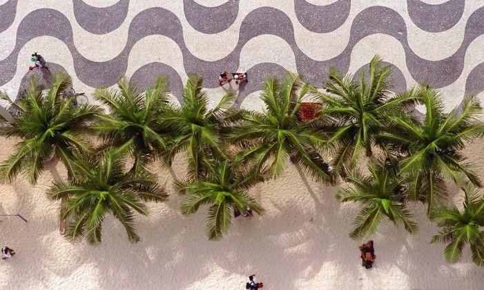 As ondas no desenho do calçadão de Copacabana, um dos cartões postais da cidade Foto: Custódio Coimbra / Agência Globo