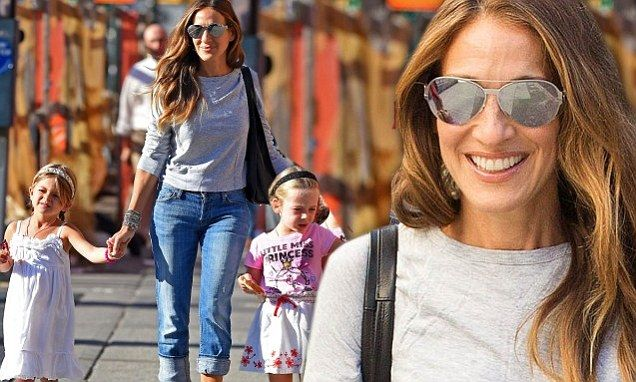 Sarah Jessica Parker guides her daughters Marion and Tabitha to school