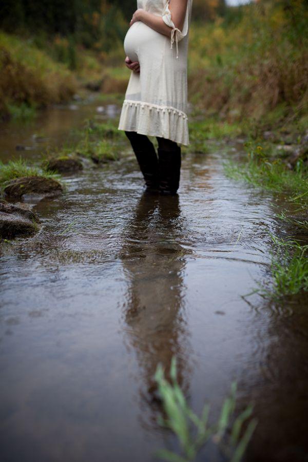 Beautiful maternity shot <3 www.hobbsphotography.ca #bellyphoto #maternityphoto #outdoormaternityshoot #outdoorbellyshoot #rainyphotosession #whattowearinspiration
