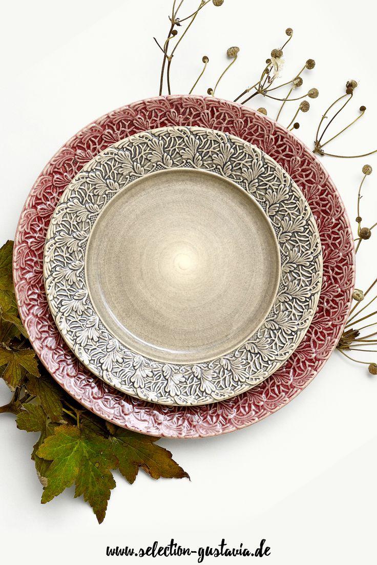 Farbenfrohes Keramikgeschirr mit sommerlichem Touch und hübscher verzierter Fahne. #keramik #rosa #beige #portugal #design
