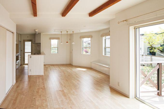 LDKは、すべての窓から日が差し込み、工事途中でご要望がありました、ベンチ収納も良い仕上がりです。|インテリア|リビング|キッチン|ナチュラル|
