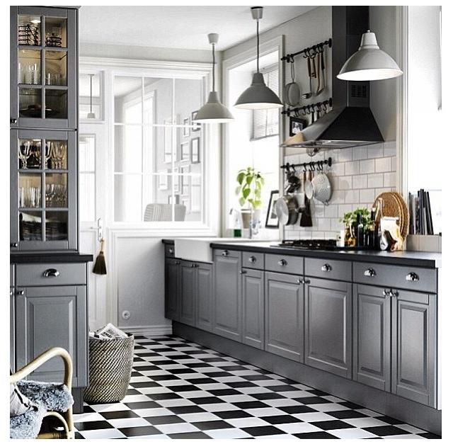 Grey kitchen with black and white floor Remodelacion de