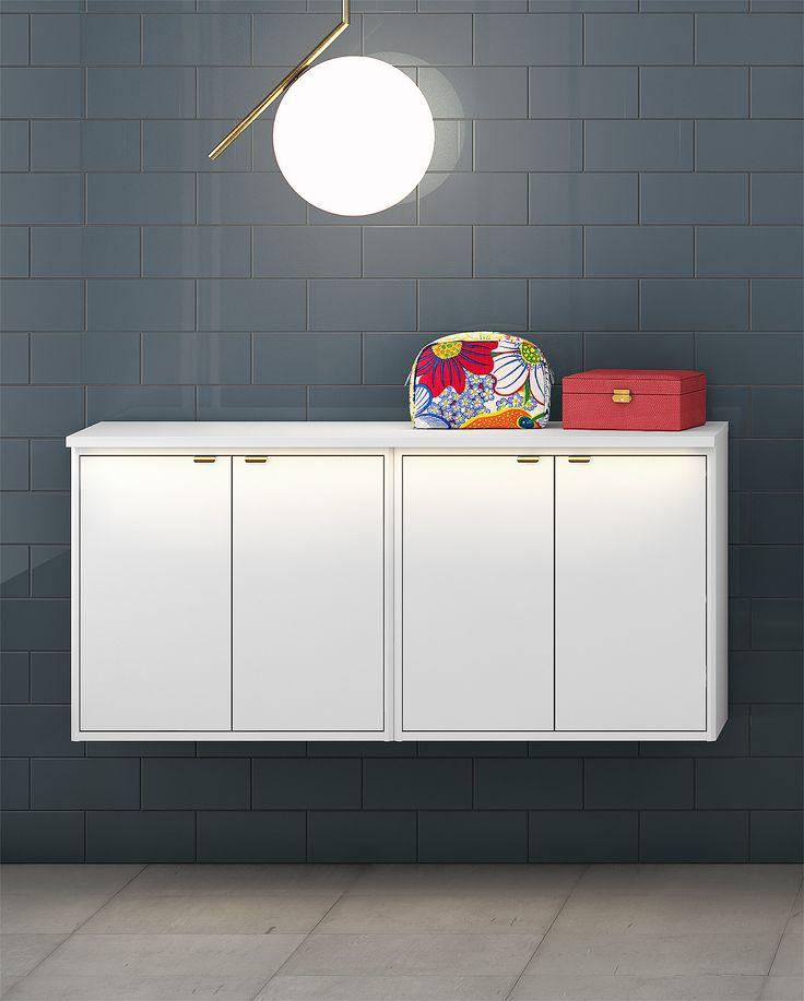 Badrumsförvaring från vår badrumsserie Graphic. Mycket förvaringsyta och lätt att montera och justera på väggen.