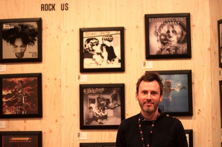 """Christian Charles devant la collection """"Rock US"""" de l'exposition Trans Vinyle Express © Mathilde Doiezie"""