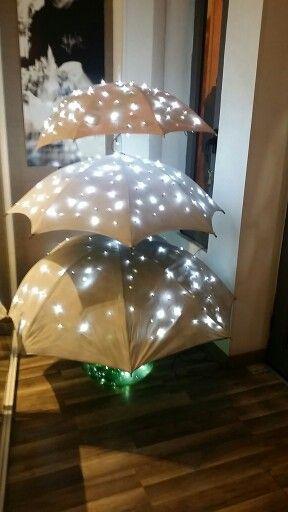 Albero di Natale realizzato con tre ombrelli e con una bottiglia di una damigiana di vino .