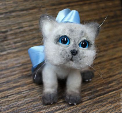 Купить или заказать Сиамский котенок Соня из шерсти в интернет-магазине на Ярмарке Мастеров. Сиамская киска Соня то задумчивая, то игривая. Сделана из натуральной шерсти, внутри утяжелитель, шерстка-натуральный кошемир, глазки и подушечки на лапках - пластик с ручной росписью. Котенок тяжеленький, с пушистой и невероятно мягкой шерсткой.