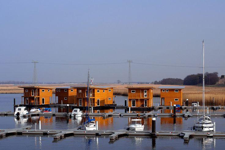 Urlaub am Wasser in einem unserer Schwimmenden Ferienhäuser in Kröslin an der Ostee bei Peenemünde Usedom. Seeluft schnuppern und entspannen. #sommer #sonne #ostsee #usedom #bodden #moin #ferienhaus #haus #wasser #meerluft #ansmeer #ostseeperle #mieten #wohnen #kaufen #hausboot #traumurlaub