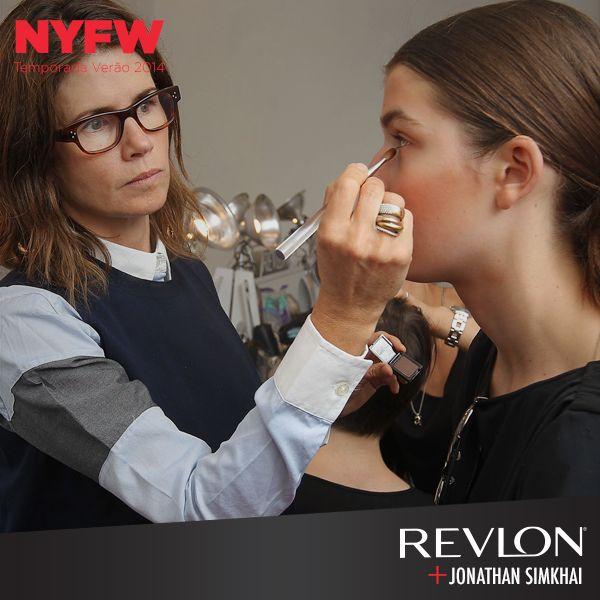 Desfile Jonathan Simkhai. Maquiagem Gucci Westman, Revlon.