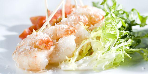 Brochettes de crevettes à la noix de coco, sauce chili et gingembre