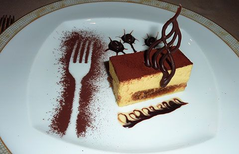 Nice use of chocolate powder to decorate a plate