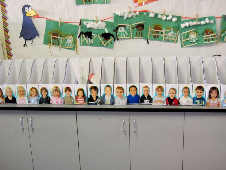 Klasversiering - Bakjes met daarop de foto van de kleuters (opbergbakjes voor zijn of haar werkje)